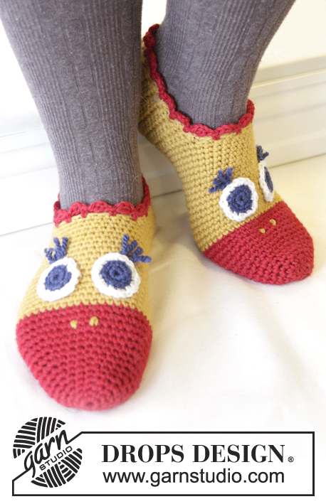 "Flapping Around / DROPS Extra 0-1024 - DROPS Easter: Crochet chicken slippers for adult and child in ""Nepal""."
