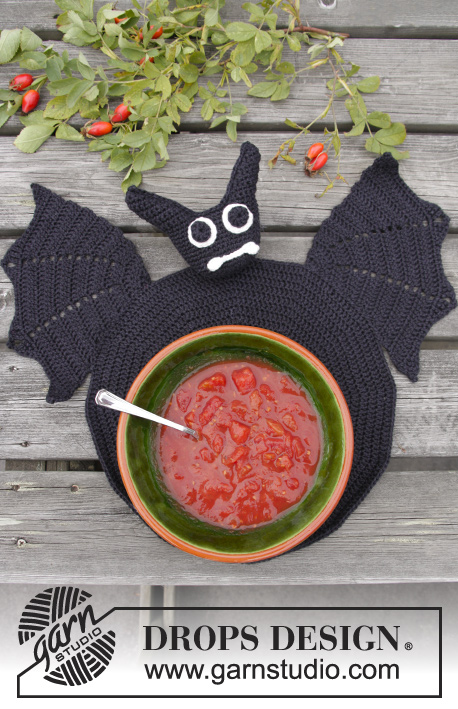 Lunch With Vlad / DROPS Extra 0-1043 - DROPS Halloween: Crochet DROPS bat table coaster in Muskat.