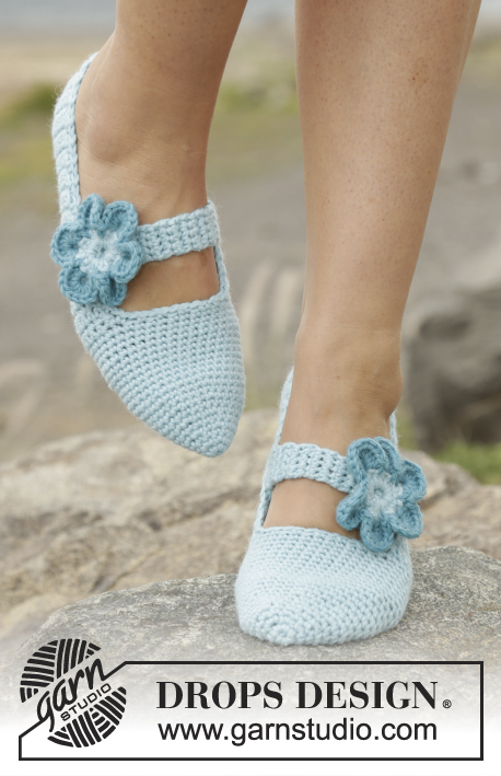 Simple Steps / DROPS Extra 0-1280 - Crochet DROPS slippers with strap and flowers in Nepal.