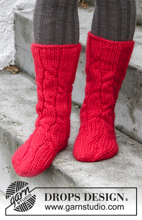 Christmas Journey / DROPS Extra 0-1331 - Knitted socks with cables for Christmas in DROPS Eskimo. Size 35 - 43