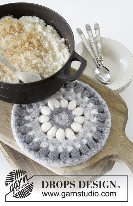 Polar Circle / DROPS Extra 0-1349 - Crochet and felted trivet for Christmas in DROPS Eskimo.