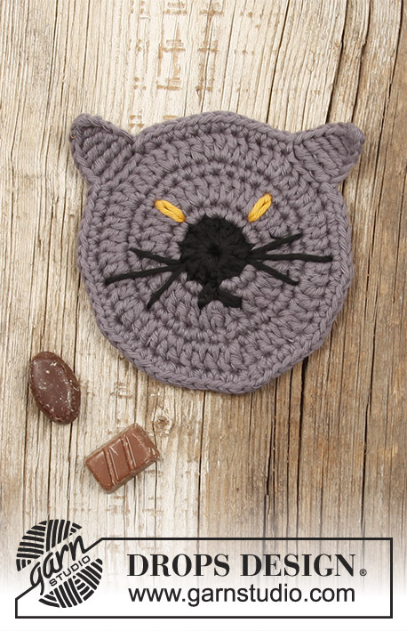 Lucifurr / DROPS Extra 0-1388 - Crocheted coaster with cat for Halloween.