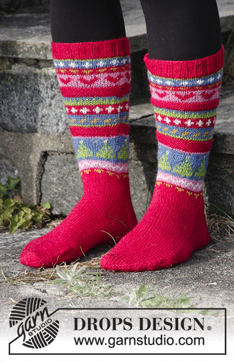 Mistle-Toes / DROPS Extra 0-1397 - Knitted socks in multi-coloured pattern for Christmas. Size 35 to 43 Piece is knitted in DROPS Fabel.