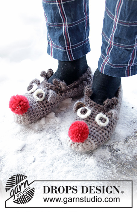 The Rudolphs / DROPS Extra 0-1429 - Crocheted slippers in DROPS Eskimo. Slippers with reindeer heads and pom poms. Sizes 35 – 43. Theme: Christmas.