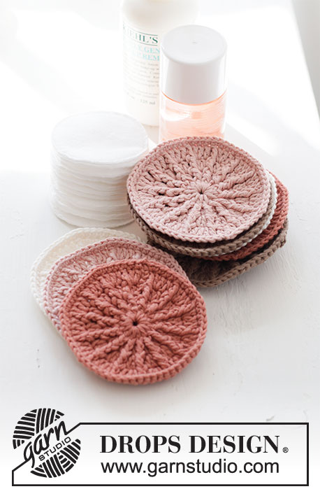 Radiant Scrubbies / DROPS Extra 0-1494 - Crochet make-up pad with treble crochets and relief-treble crochets in DROPS Safran. The piece is worked in the round, middle out.