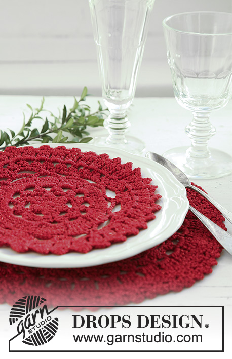 "Julefrokost / DROPS Extra 0-514 - Crochet DROPS Christmas place mat/doily and serviette ring in ""Cotton Viscose"" and ""Glitter""."