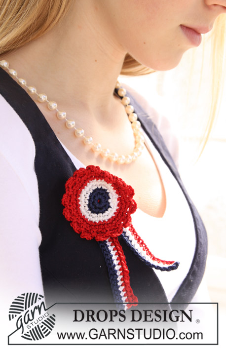 DROPS Extra 0-667 - Crochet DROPS 4th of July rosette with ribbon in Cotton Viscose.
