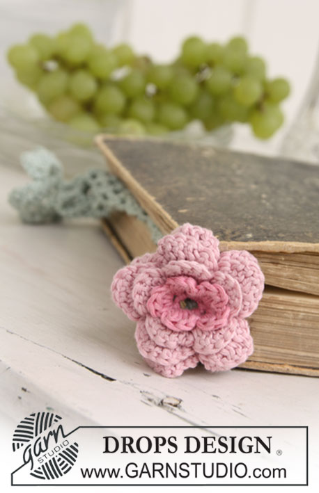 "DROPS Extra 0-675 - Crochet book mark with DROPS flower in ""Safran""."