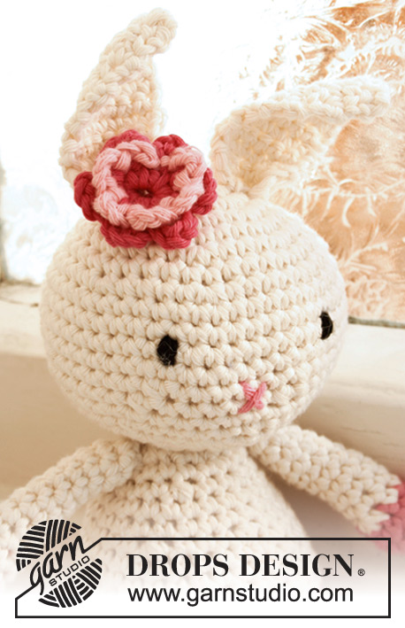"Pippa / DROPS Extra 0-766 - Crochet DROPS Easter bunny with flower in ""Paris""."