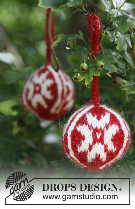 DROPS Extra 0-785 - Knitted Christmas baubles with star in 2 threads DROPS Alpaca. Theme Christmas.