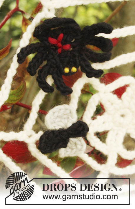 Black Widow / DROPS Extra 0-854 - Crochet DROPS cobweb with spider and fly for Halloween in Eskimo.
