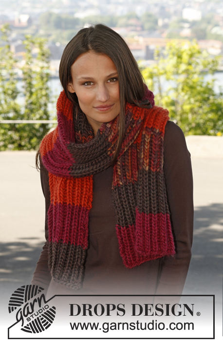 Warm & Spicy / DROPS Extra 0-887 - Knitted DROPS scarf in English rib with stripes in Eskimo.