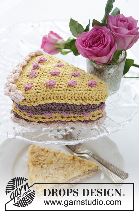 "Vanilla drizzle / DROPS Extra 0-895 - DROPS Valentine: Crochet DROPS piece of cake with berries and cream in ""Muskat""."