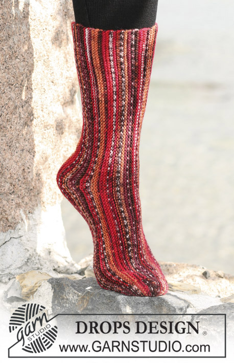 "DROPS 103-5 - DROPS socks knitted in garter sts sideways with ""Fabel""."
