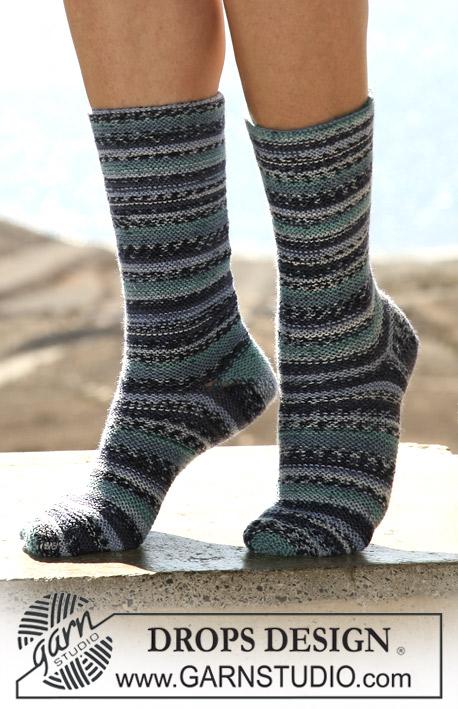 DROPS 105-44 - DROPS ponožky pletené vroubkovým vzorem v řadách z příze Fabel. Velikost: 35-43.