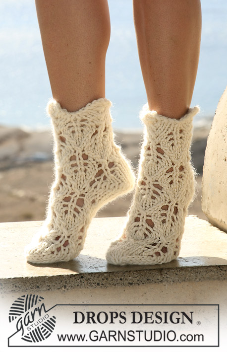 "DROPS 106-33 - DROPS socks with lace pattern in ""Eskimo""."