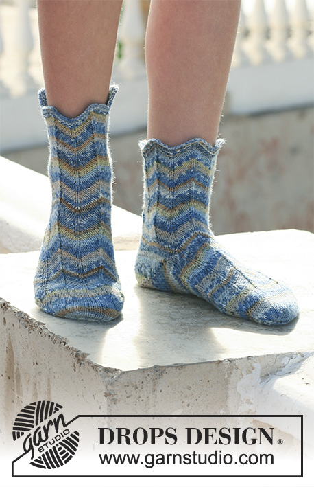 "Poseidon / DROPS 112-15 - DROPS Socken in ""Fabel""."