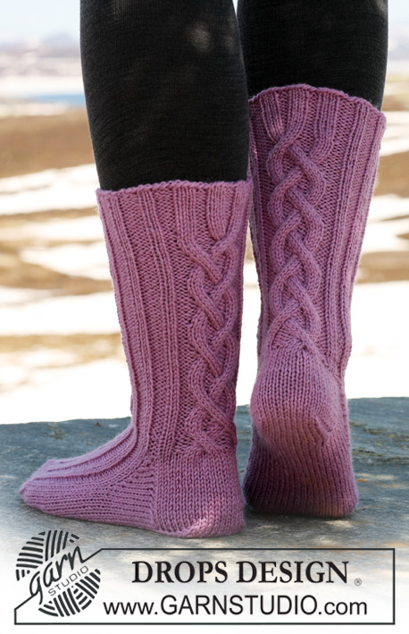 "Twisted Sister / DROPS 117-28 - DROPS Socken mit Zopfmuster in ""Karisma""."