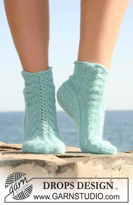 "Marine Dreams / DROPS 118-33 - Knitted DROPS socks in ""Alpaca"" with lace pattern on upper foot. Size 35 to 43."