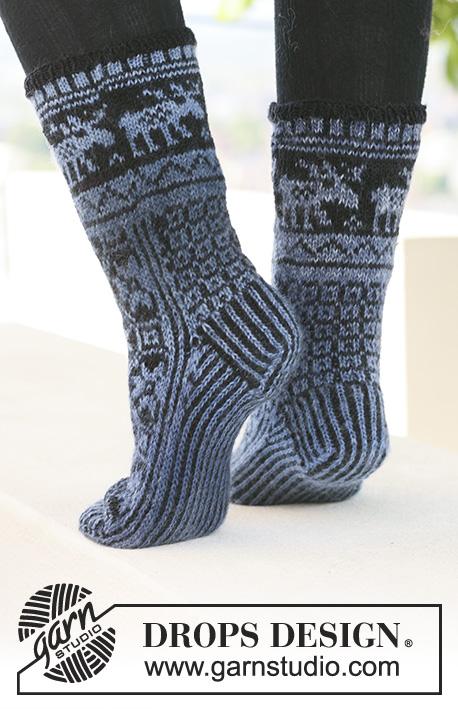 "Moose Parade Socks / DROPS 121-3 - DROPS socks with pattern in ""Delight"" and ""Fabel""."