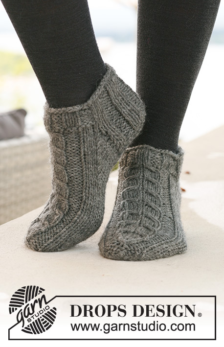 "Alaskan Cables / DROPS 125-15 - DROPS short Socks with cables in ""Alaska""."