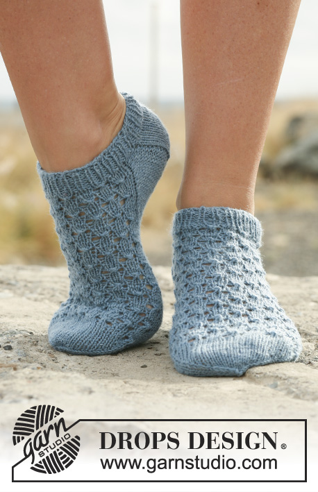 Neptunia Socks / DROPS 129-18 - Knitted DROPS ankle socks with lace in Fabel.