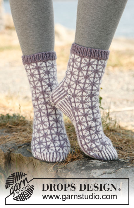 "Silver Star / DROPS 132-7 - Knitted DROPS socks with pattern in ""Karisma""."
