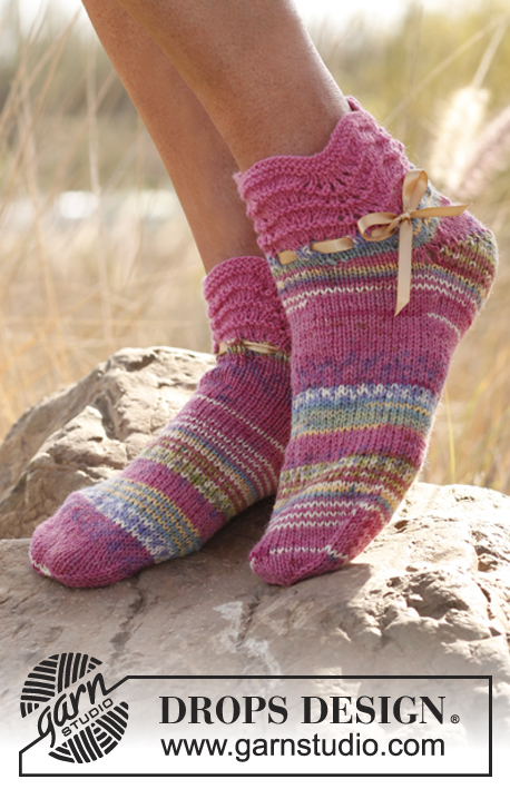 Sweet Feet / DROPS 138-27 - DROPS Socken mit Wellenmuster in Fabel.