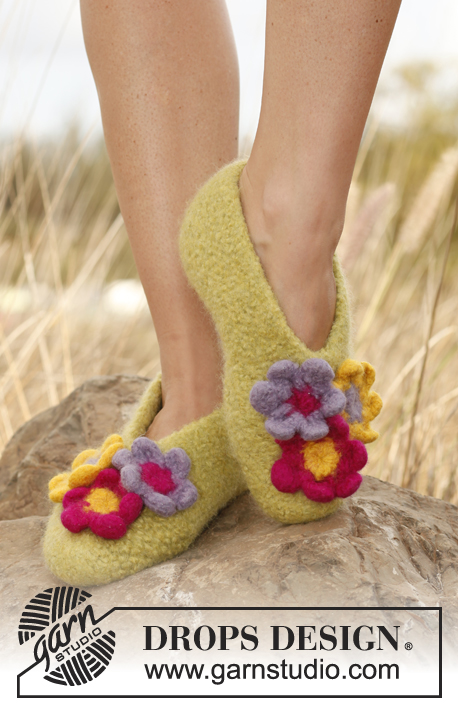 Magnolia / DROPS 139-16 - Felted DROPS slippers with flowers in Eskimo.