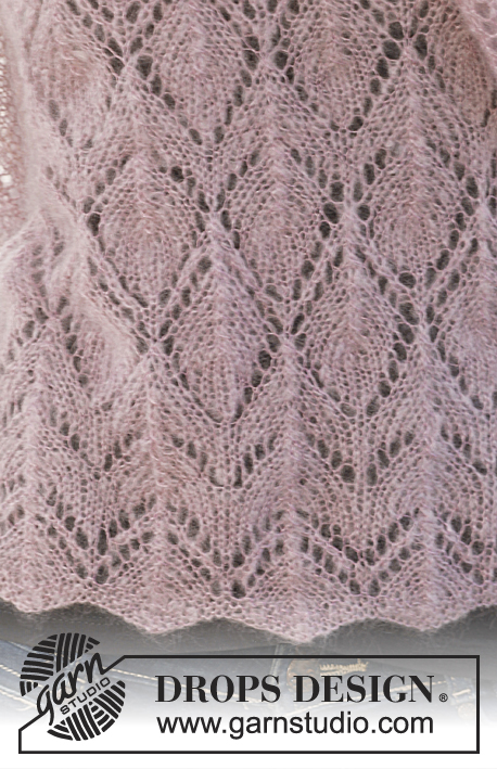 "Fiona / DROPS 141-11 - Knitted DROPS shawl with lace pattern in ""Vivaldi""."