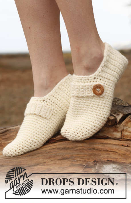 Nelle / DROPS 148-29 - Crochet DROPS slippers with strap and button in Nepal.