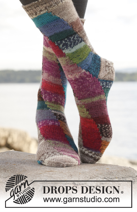 Colour play / DROPS 149-22 - Knitted DROPS socks with displacement in 4 colors in Fabel.