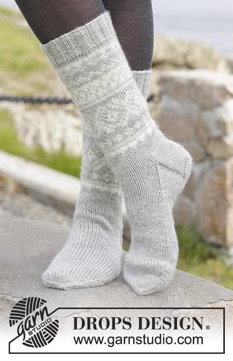 """Silver Dream Socks / DROPS 157-10 - Gebreide DROPS sokken met Noors patroon van """"Karisma"""". Maat 35 tot en met 46."""