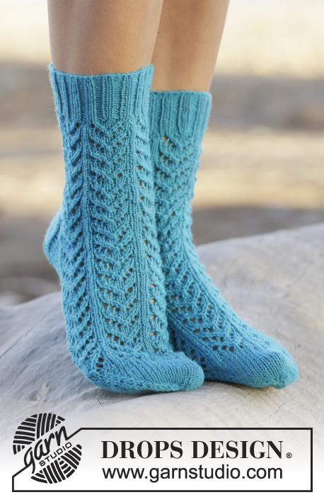 Sea Steps / DROPS 161-39 - Knitted DROPS socks with lace pattern in Fabel.