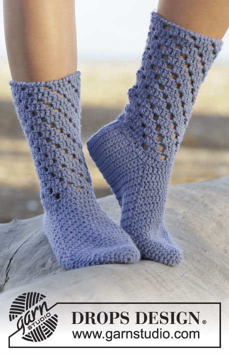 Blue Stars / DROPS 162-10 - Crochet DROPS socks with lace pattern in Nepal.