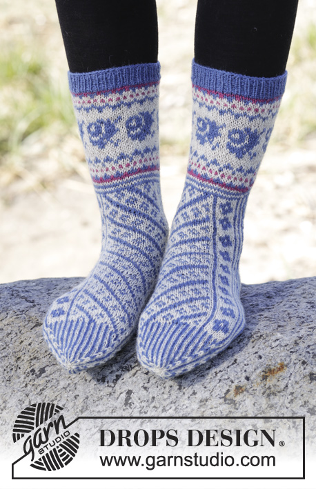 Winter Heirloom / DROPS 165-7 - Knitted DROPS socks with diagonal pattern in Fabel. Size 35-43