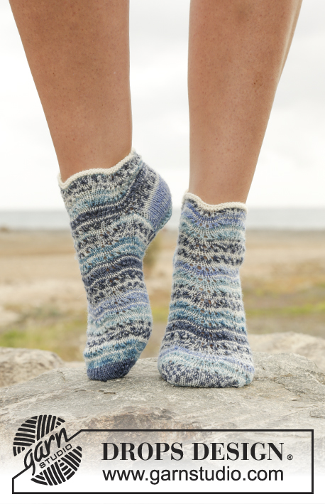 Dancing Zoe / DROPS 168-24 - Knitted DROPS socks with stripes and wave pattern in Fabel.