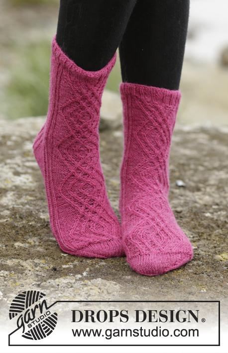 Isolde / DROPS 172-18 - DROPS ponožky s copánkovým vzorem pletené z příze Fabel. Velikost 35-43.