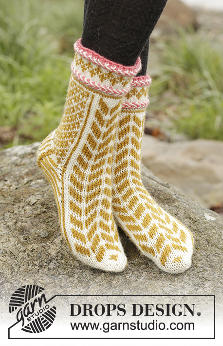 Hokey Pokey / DROPS 173-42 - Set consists of: Knitted DROPS mittens and toe-up socks with