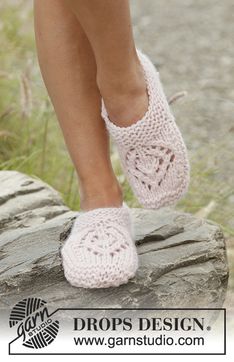 Sally's Way / DROPS 178-50 - Knitted slippers with lace pattern and garter stitch in DROPS Andes.