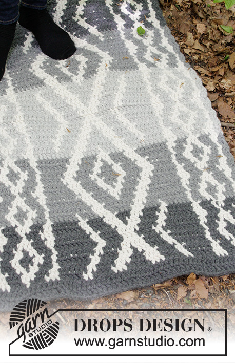 Grey Jacquard / DROPS 184-35 - Crochet floor rug with coloured pattern.