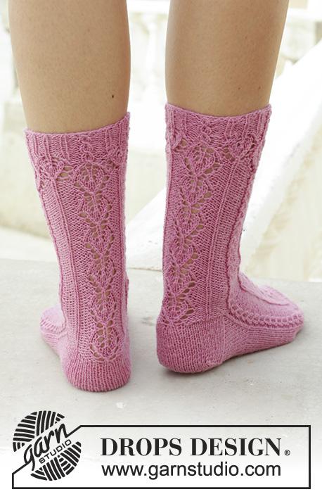 Ponožky s krajkovým vzorem a drobnými copánky pletené z příze DROPS Fabel.  Velikost  35 – 43. c5da5344e4