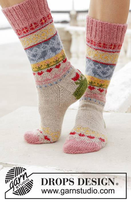 Enchanted Socks / DROPS 189-23 - Meias tricotadas em DROPS Nord, com jacquard multicolor. Do 35 ao 43.
