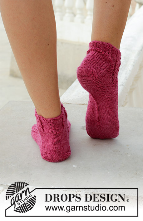 Sakura / DROPS 189-25 - Knitted socks with lace pattern and small cables. The piece is worked in DROPS Fabel.
