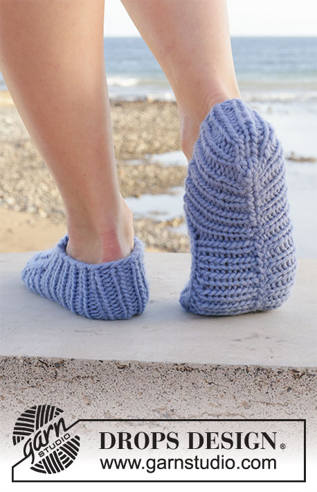 Water Dip / DROPS 209-23 - Knitted slippers in DROPS Eskimo. The piece is worked top down in rib. Sizes 35 – 43 = 5-10 1/2.