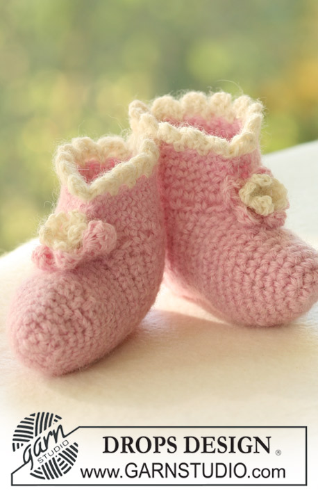 Sugar Plum / DROPS Baby 17-21 - Crochet booties with flower for baby and children in DROPS Alpaca