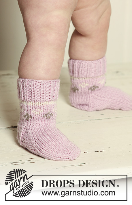 "Strawberry Cheeks' Socks / DROPS Baby 19-30 - Strikkede DROPS sokker med mønster i ""Merino Extra Fine""."