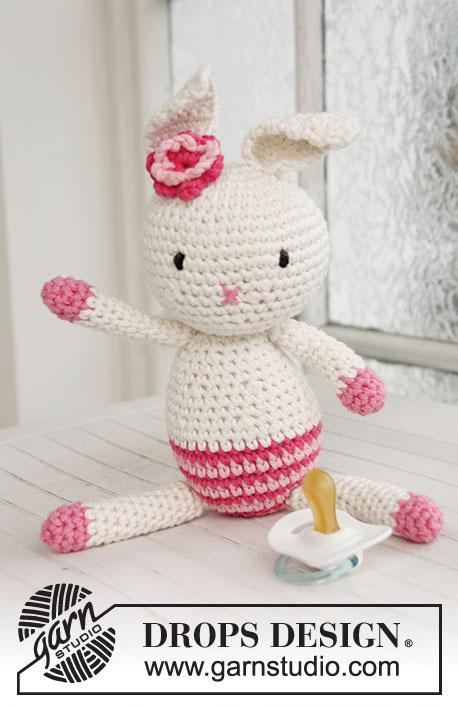 Miss Mew / DROPS Baby 21-42 - Doudou au crochet Lapin de Pâques avec fleur, en DROPS Paris
