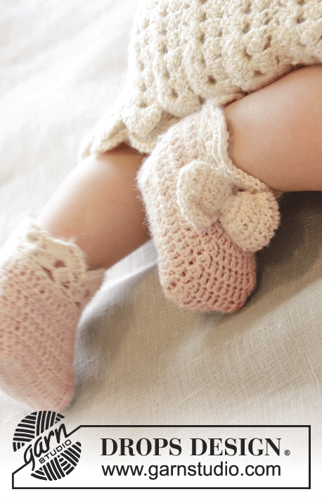 Taking Flight / DROPS Baby 25-15 - Crochet baby slippers with bow and fan edge in DROPS BabyAlpaca Silk. Size 0 - 4 years.