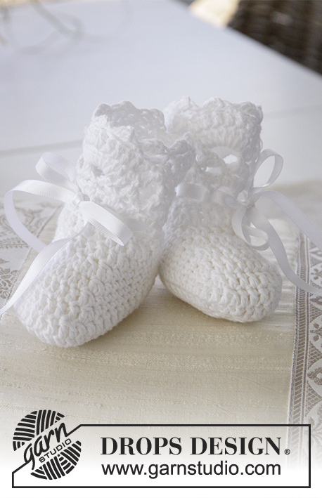 So Charming Socks / DROPS Baby 29-4 - Crocheted baby slippers with fan edge for Christening or other special occasions in DROPS Safran. Sizes 15 - 23.